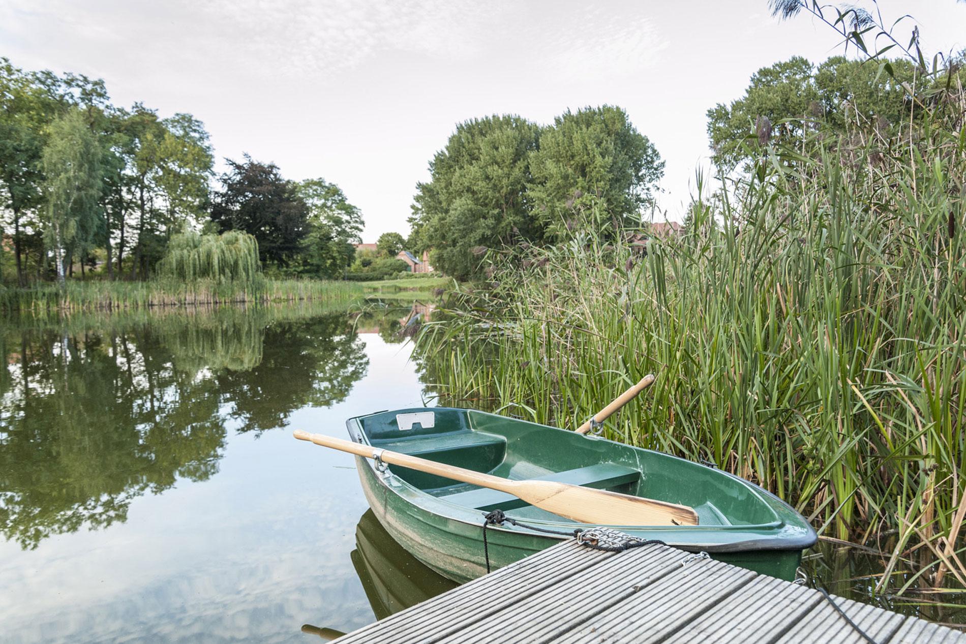 Das Ruderboot auf dem Weiher am Gut Pinnow-Anleger