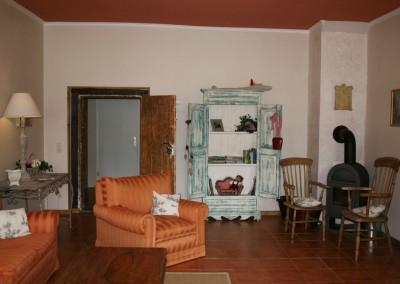 HV-Das-helle-Wohnzimmer-mit-BLick-auf-Kaminofen